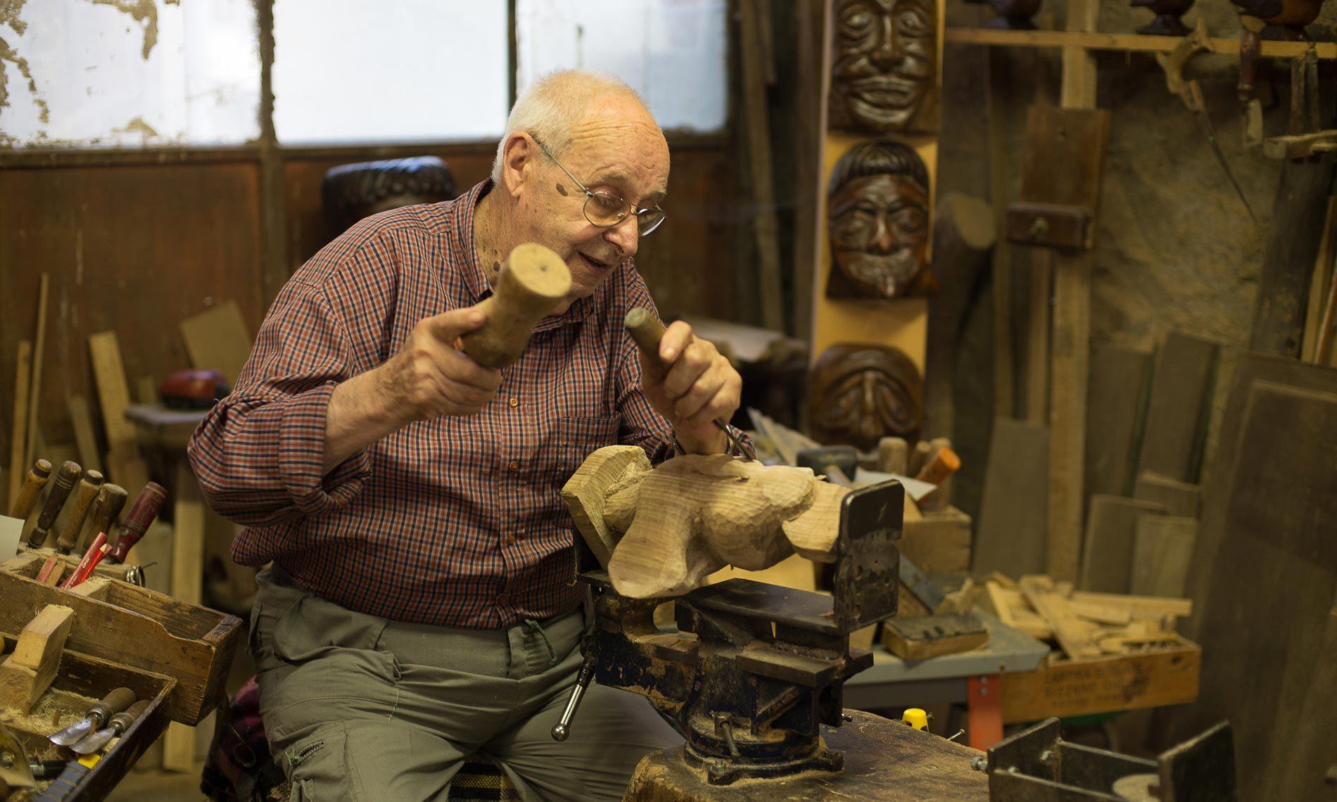 Giancarlo Bedoni, storico postino di Ameno e autore di legni scolpiti